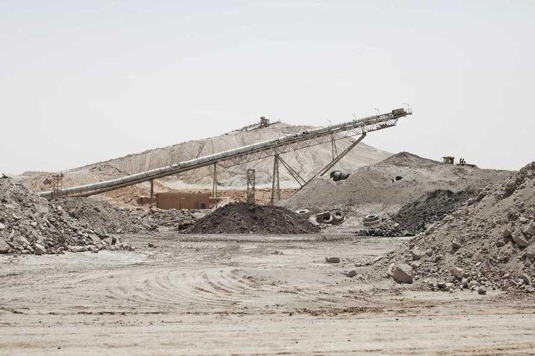 De stad Arlit in Niger is nog niet veel beter geworden van de lucratieve mijnenindustrie daar. Arlit werd in 1969 opgericht na de vondst van uranium, waarna Frankrijk er de mijnenindustrie ontwikkelde. Nu zijn er twee grote uraniummijnen, in Arlit - waar inmiddels zo'n 117.000 mensen wonen - en in het nabijgelegen Akouta.<br /><br />Maar de inwoners van Arlit zelf zijn daar niet veel rijker van geworden. Hun stad, gelegen tussen het Aïr-gebergte en de Sahara, is stoffig en verwaarloosd. Bovendien zijn er, volgens een rapport van Greenpeace, nog steeds te hoge radioactieve stralingen nabij de Nigeriaanse mijnen. Beeld reuters