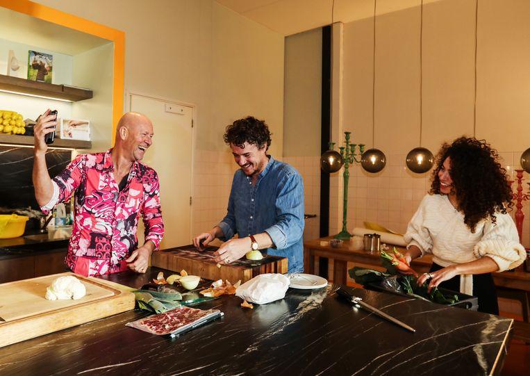 Gilles van der Loo en René Pluijm maken soep naar het recept van Pluijms moeder. Beeld Eva Plevier
