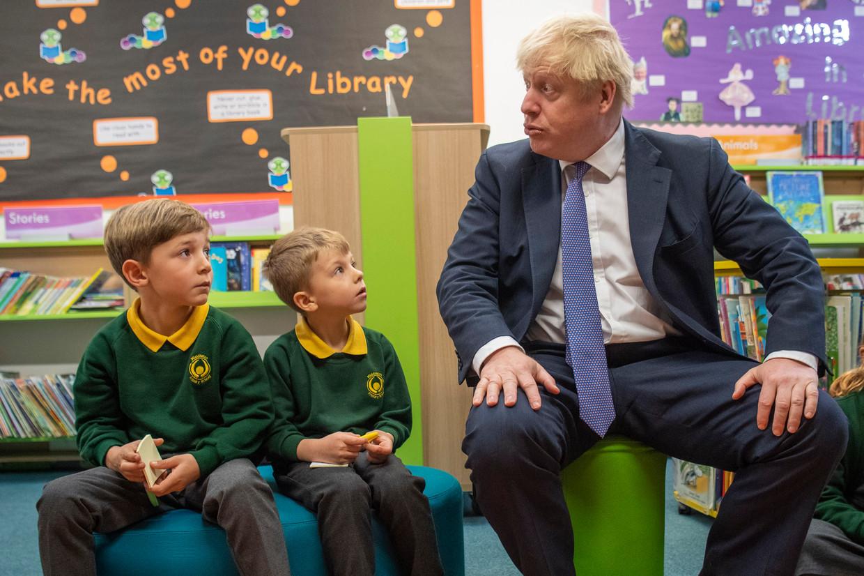 Premier Boris Johnson in gesprek met schoolkinderen tijdens een bezoek aan de Middleton Primary School in Milton Keynes. Zijn premierschap begint zijn glans, de zogeheten 'Boris Bounce', te verliezen. Beeld Getty Images