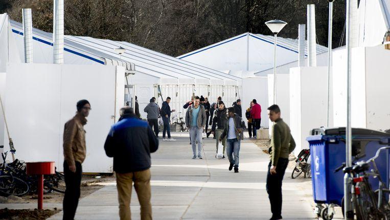 Asielzoekers bij de grootste opvanglocatie in Nederland; Heumensoord bij Nijmegen Beeld anp