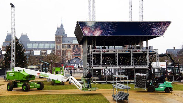 Sinds gisteren wordt gewerkt aan het opbouwen van het podium voor het oudejaarsfeest op het Museumplein. © Piet van der Meer Beeld