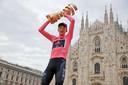 Geoghegan Hart in Milaan met de roze trui en de Trofeo Senza Fine voor de eindwinnaar van de Giro d'Italia.