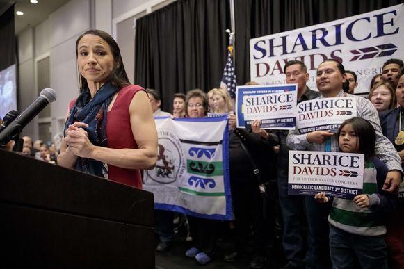 Sharice Davids is de eerste vrouwelijke Native American met een zetel in het Huis van Afgevaardigden.