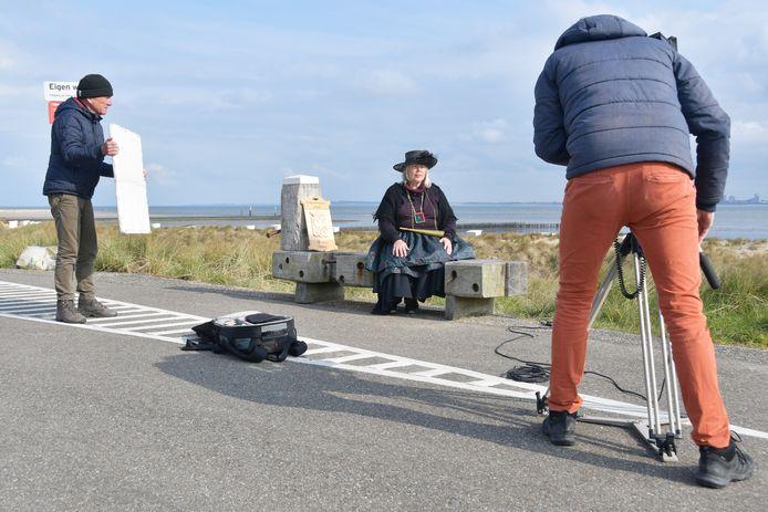 Filmopnamen voor de bankjesroute in Breskens met filmer Joël Duinkerke, actrice Suzan Boersma en assistent Jan Albregtse.