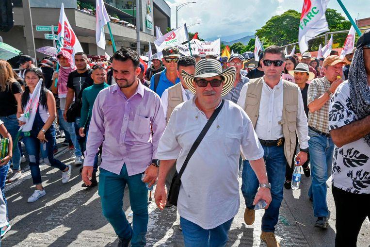 Onder de demonstranten was ook FARC-leider Rodrigo Londoño. De voormalige guerillabeweging heeft zich nu omgevormd tot een politieke partij. Beeld AFP