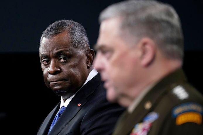 Minister van Defensie Lloyd Austin (links) en  generaal Mark Milley tijdens een persconferentie over de Chinese raket.