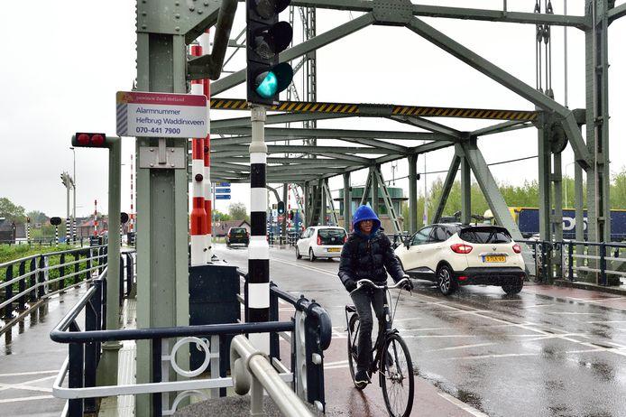 De hefbrug van Waddinxveen, de hoofdentree tot het Gouwedorp, is deze zomer een maand buiten gebruik.