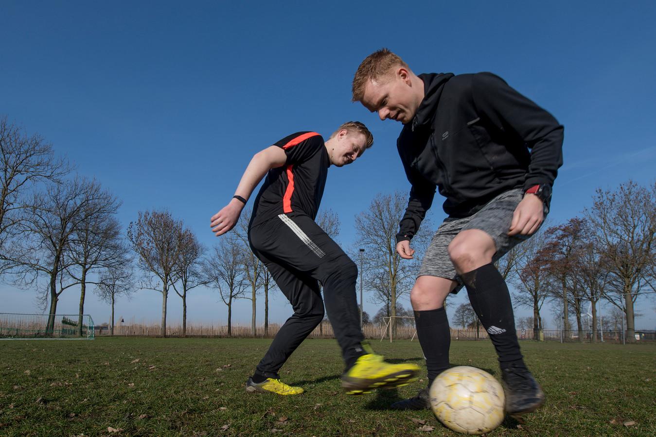 Ochten 20/02/2021 - Kans Voetbal - Trainer Joris Drent (r) en de autistische Rick Capelle - iov Gelderlander - Foto Raphael Drent