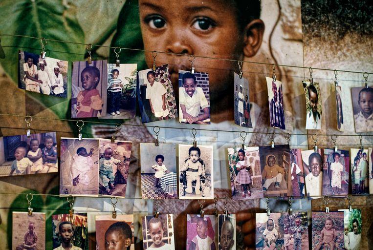 Familiefoto's in een tentoonstelling in het Genocide Memorial Centre in Kigali. Beeld AP