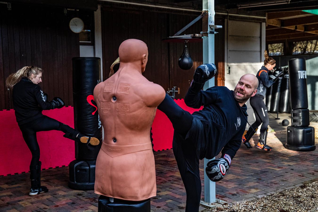 Hans Boerkamp van de Feelgood Fabriek in Twello geeft zijn bokstrainingen altijd buiten.