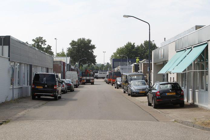 De 1e Tussendijk op bedrijventerrein Hoogeind in Helmond. Bij gebrek aan parkeerruimte op eigen terrein parkeren medewerkers van bedrijven langs de weg.