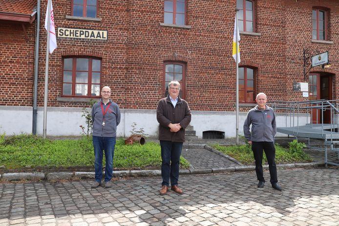 Burgemeester Willy Segers (midden) en de bezielers van de Tramsite in Schepdaal.