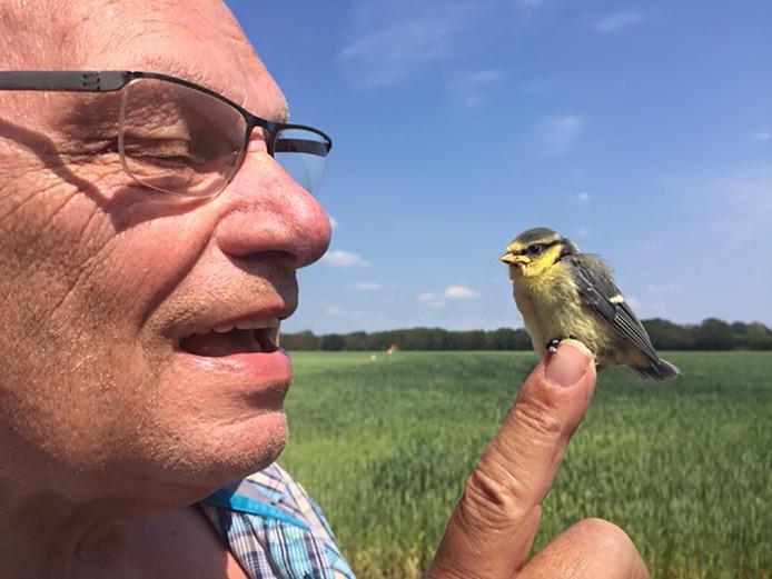 Tijdens een fietstocht door Drenthe had Ad van Andel een hele bijzondere ontmoeting. ,,Nabij Ruinen zag ik dit vogeltje zitten op het fietspad. Hij liet zich gewillig oppakken en ik heb hem in de buurt in een boom gezet. Dat was een veiliger plekje dan midden op het fietspad.''