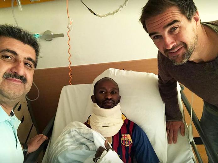 Sharif Sidigi kreeg een kopstoot van een ploeggenoot bij SV Nieuw Utrecht en ligt met mogelijk een zware hersenschudding in het UMC.  Algemeen secretaris Hasan Ozkilit (links) en trainer Rob Hilbers (rechts) hebben hem vandaag in het ziekenhuis bezocht.