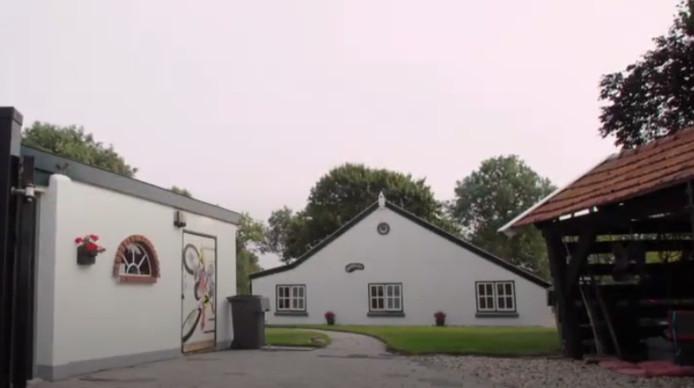 De witte woonboerderij in Finsterwolde. Vraagprijs: 249.500 voor 171 vierkante meter.