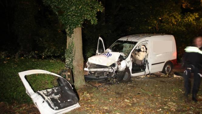 Automobilist gewond na knal tegen boom in Laren