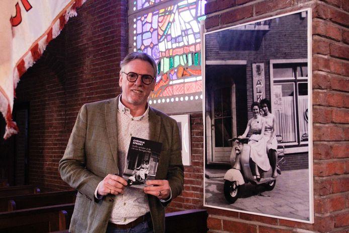 Hans Put presenteert zijn boek.