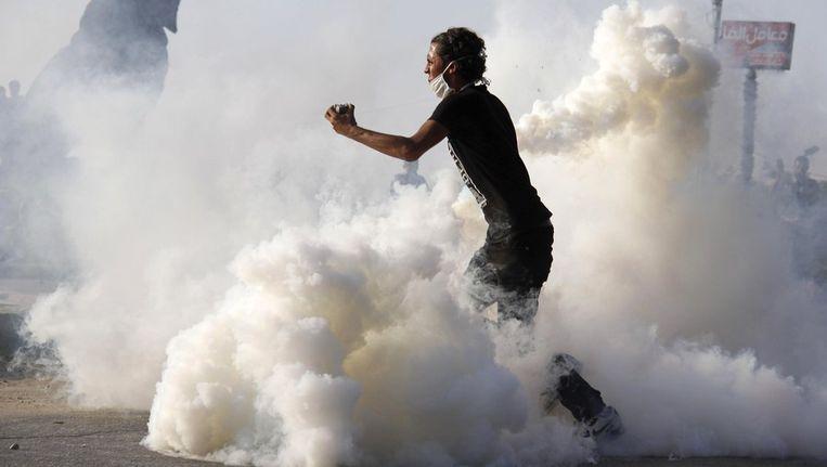 Een Egyptische demonstrant gooit met stenen in een protest tegen de film The Innocence of Muslims Beeld afp