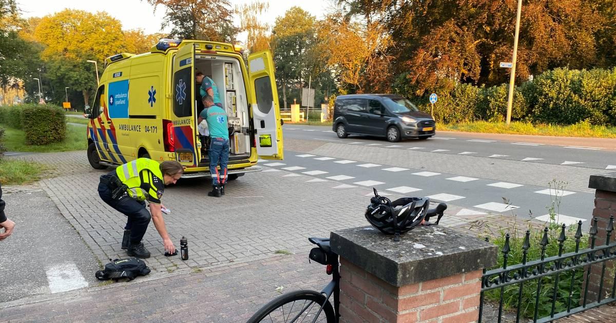Fietser wordt door busje aangereden op sluipweg in Twello en moet naar ziekenhuis.