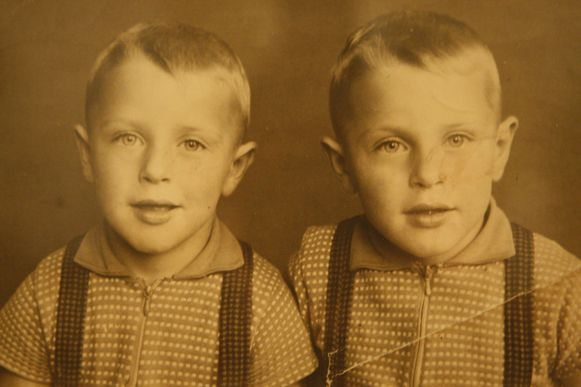 De tweeling als kleine jongetjes.