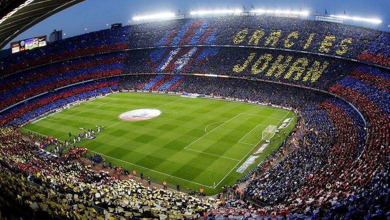 Voorafgaand aan El Clasico werd in Camp Nou Johan Cruijff geëerd met een enorm supporters-mozaïek. Beeld Olaf Kraak / ANP