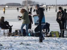 Huzarenstukje: gisteren zakte veegwagen nog door ijs, vandaag kan de schaatsbaan Enspijk open voor jeugd