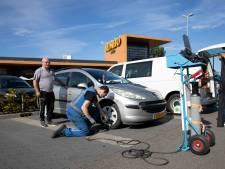 Gratis banden oppompen? Graag! Winkelpubliek in Nieuwerkerk rijdt op de juiste bandenspanning naar huis