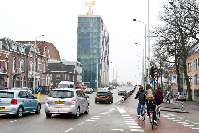 De Graafseweg in de richting van de Graafsebrug over het spoor in Nijmegen.
