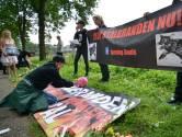 Actiegroep houdt wake bij uitgebrande varkensstal Didam