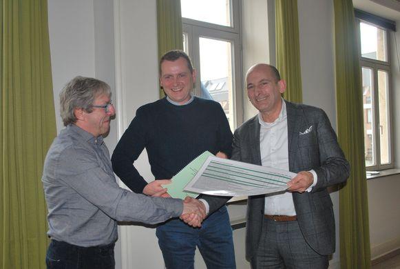 Natuurpunt Alken overhandigt haar gemeentelijk memorandum rond de domeinen natuurbeleid, ruimtelijke ordening, milieu, klimaat - en diversiteitsbeleid aan burgemeester Marc Penxten.