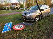 Automobilist vliegt uit de bocht nabij Paleis Soestdijk en ramt verkeersborden