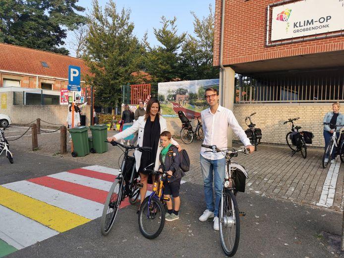 Grobbendonks burgemeester Marianne Verhaert en schepen van onderwijs Brent Wouters gaven de fietsers alvast een duwtje in de rug vandaag