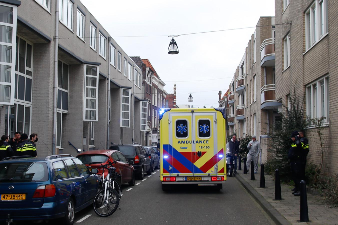 De politie en ambulance rukten uit voor een steekincident op de Riedijk in Dordrecht.