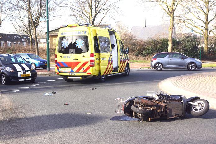 De scooter lekte brandstof op het wegdek na het ongeval.