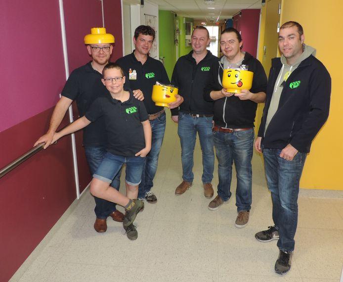 Carl Bertels, Senne Bertels, Franky Vanderheeren, Pieter Van Aerde, Davy Renders en Natan Pieters van Bricks-and-More en LAKC Lego Fans brachten naar aanleiding van Brick Tricks een bezoekje aan de kinderafdeling van het Sint-Andriesziekenhuis.
