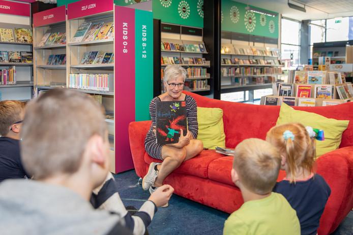 Directeur Jannie van Vugt van Bibliotheek Oosterschelde leest voor in de bieb van Heinkenszand. Taalbevordering onder de jeugd is voor haar topprioriteit.