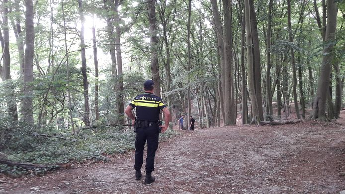 De politie zoekt in het bos naar sporen van de mannen die Casino Hi Five bij pretpark Tivoli hebben overvallen.