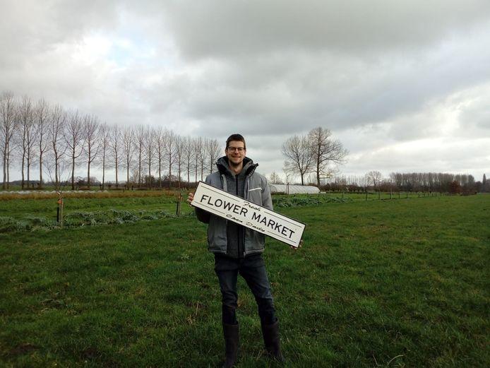 Biolandbouwer Pieter-Jan op het toekomstige bloemenplukveld.