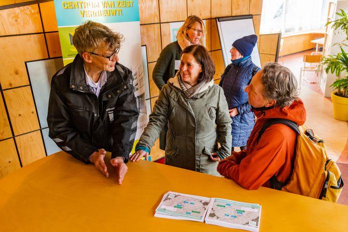 Wethouder Laura Hoogstraten geeft uitleg over de ingevoerde verkeersmaatregelen in het centrum van Zeist.
