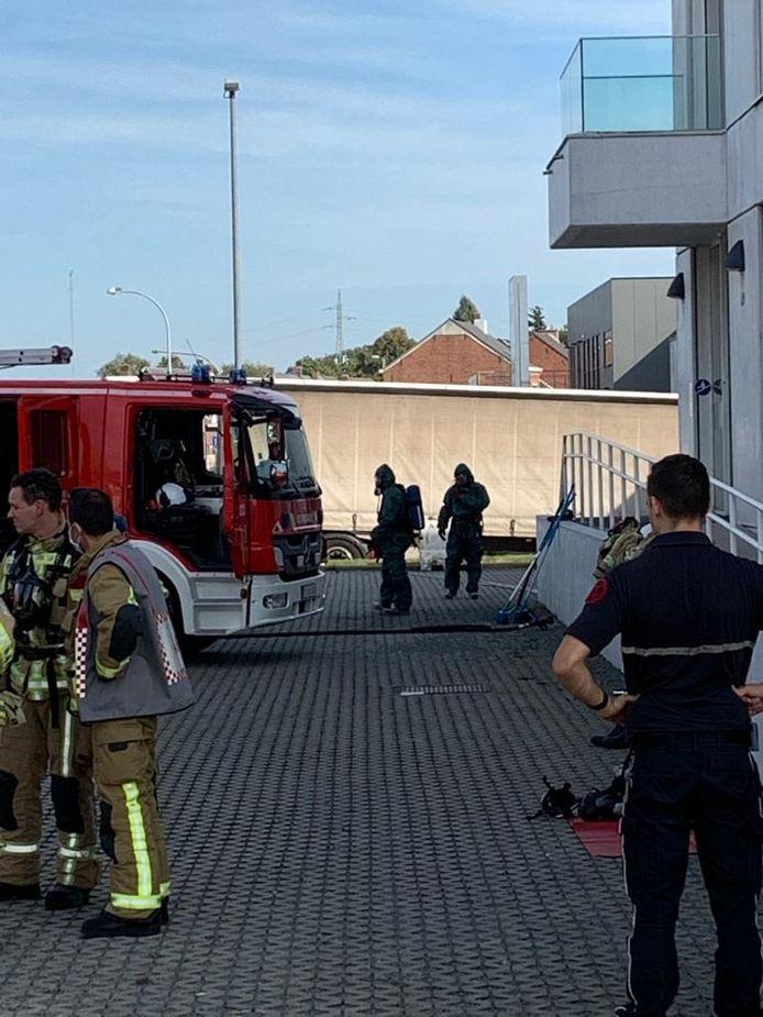 MECHELEN - De brandweer kwam het goedje opruimen. Ze werden geassisteerd door de collega's van de Civiele Bescherming.