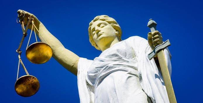 .Vrouwe Justitia weegt steeds minder faillissementsaanvragen.
