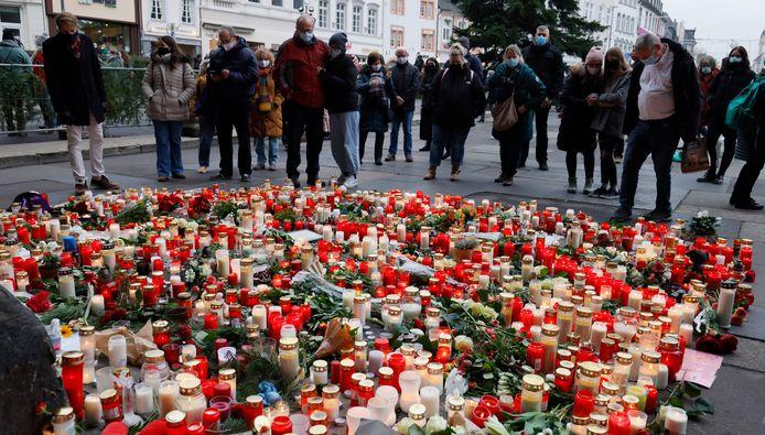 Des centaines de personnes se sont rassemblées près de la Porta Nigra, le monument emblématique de Trèves, pour rendre hommage aux victimes.