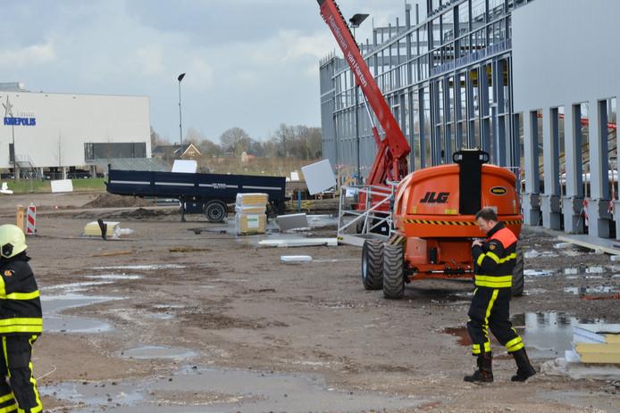 De tempexplaten waaien van het dak op een bouwplaats in Breda.