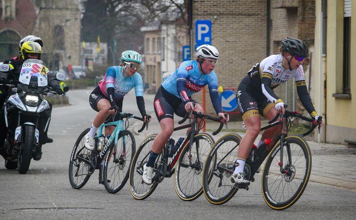 Claudia Jongerius (midden) in actie tijdens de Omloop Het Nieuwsblad, waar ze deel uit maakte van de vroege kopgroep.