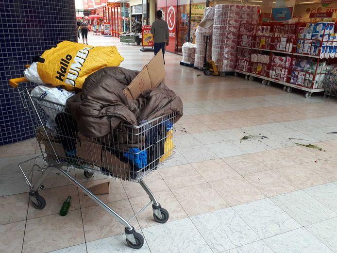 Het bewuste bierflesje is onder een winkelwagen met spullen van de verdachte gerold.