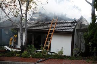 fotoreeks over Bosbranden bereiken Bel Air: brandweer probeert luxueuze villa's te redden