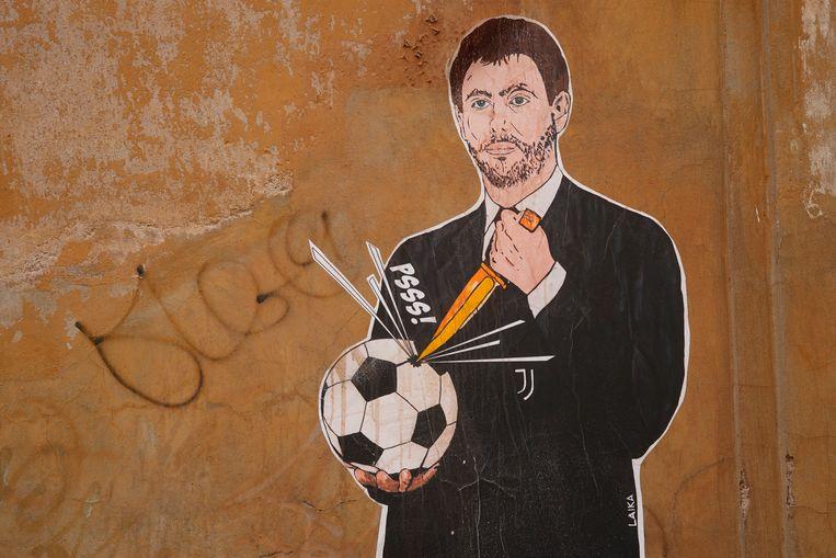 Een muurschildering in Rome toont hoe Juventus-voorzitter Andrea Agnelli het voetbal kapot maakt. Beeld AP