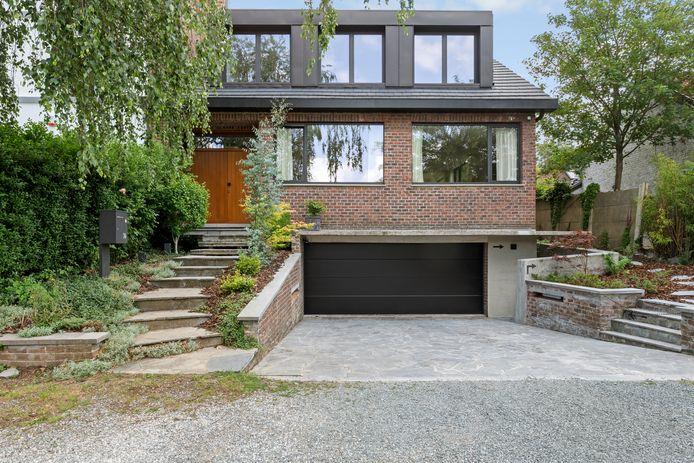 Les nouveaux matériaux et leur teinte foncée modernisent la façade et mettent en valeur les éléments d'origine conservés.