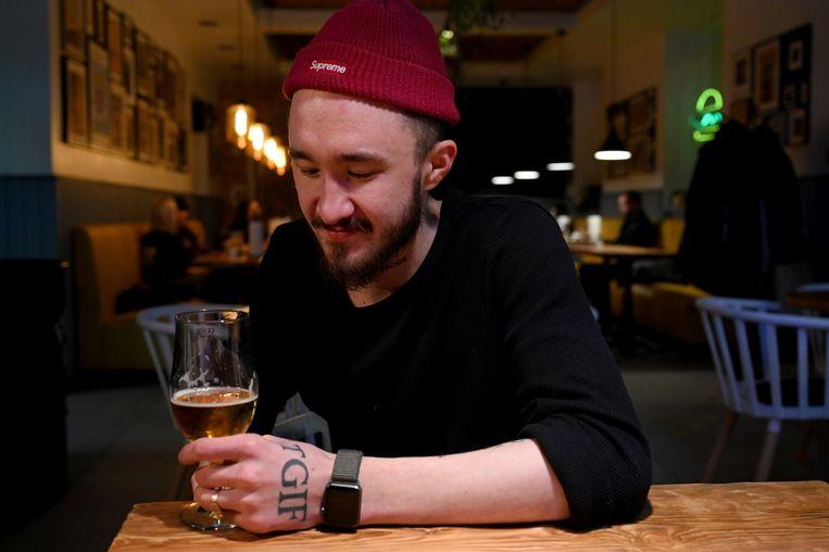 Jegor Skoerichin met een speciaalbiertje in zijn eetcafé Buter Bro. Hij is een van de restauranthouders die de wereldkeuken naar Magadan halen.  Beeld Yuri Kozyrev/Noor