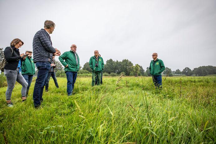 Hennie Schröder van de Vogelwerkgroep Geesteren (rechts) geeft uitleg over de weilandirrigatie in Geesteren.